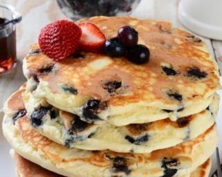 Pancakes au yaourt et myrtilles légers : http://www.fourchette-et-bikini.fr/recettes/recettes-minceur/pancakes-au-yaourt-et-myrtilles-legers.html
