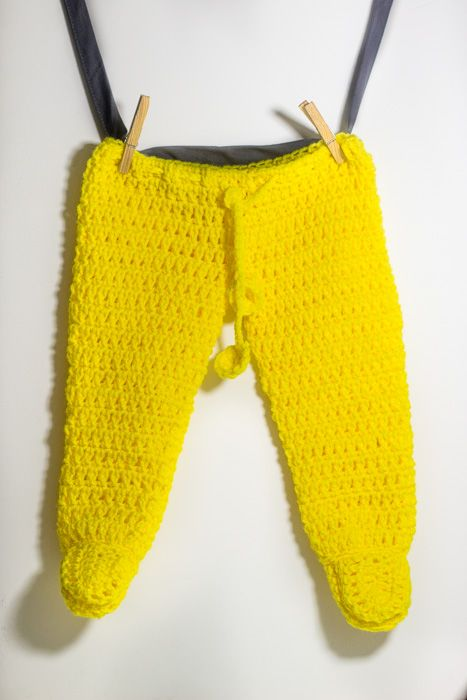free pattern. Crochet footed baby pants. Baby pants with booties Photography baby prop. Maybe with same color hat, or headband.