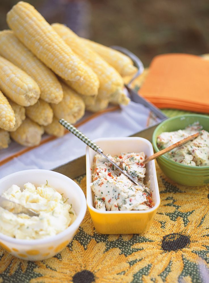 Recette de beurres aromatisés pour maïs. Recette de beurre aux tomates séchées-basilic, de beurre au cheddar et au bacon et de beurre au gingembre et à la lime.