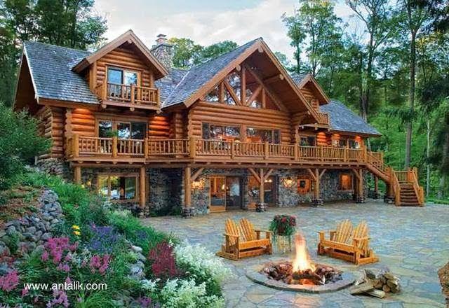 Construcción residencial de tres plantas amplia superficie hecha con troncos redondos