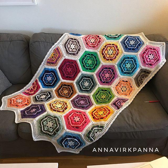 Den är färdig  Cahlista 109-pack ihopvirkat med Catona  svep för fler bilder ➡️ . . And it's done, my Cahlista 109 pack blanket, crocheted together with Catona  I love it!! Swipe for more pictures ➡️ . . #annavirkpanna #annavirkpannadesign #stitchbloggers_annavirkpanna #diwylove #favoritgarner #scheepjes #scheepjescahlista #scheepjescatona #blanket #filt #crochet #virka #hekla #hekle #virkkaus #ganchillo #icrochetsoidontkillpeople #ilovecrochet #virkterapi