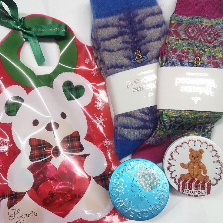 プレゼント  彼のママにたくさんプレゼントを頂いてしまいました ありがとうございます  Vivienne Westwoodのもこもこは早速履いてぽかぽか STEAMCREAMは前にもいただいて今年の冬までもったからじゃんじゃん使わせていただきます  工房に一気にクリスマスがやって来ました いつもありがとうございます  #プレゼント#クリスマスプレゼント #VivienneWestwood#ヴィヴィアンウエストウッド #STEAMCREAM#スチームクリーム #present#クリスマス#christmas #誕生日#誕生日プレゼント
