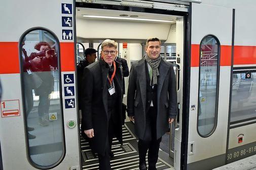 Alle Intercitys und Eurocitys zwischen Dresden und Berlin fahren von Sonntag an wieder auf direktem Weg über Elsterwerda. Am Dienstag rollte ein Sonderzug mi...