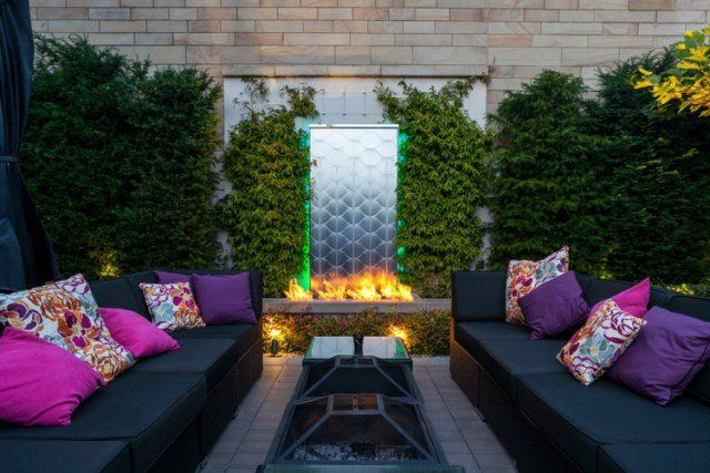 aménager-jardin-terrasse-canapés-coussins-foyer-feu-ouvert-plantes-grimpantes