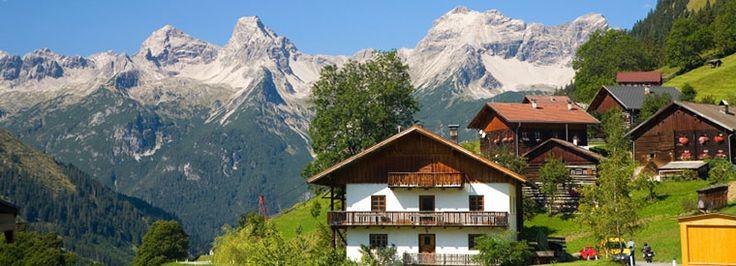 Rien d'étonnant que l'Autriche soit au top des pays où il fait bon vivre: montagnes luxuriantes et excellentes pistes de ski, lacs cristallins, gastronomie, le Danube et le monde de Sissi... #autriche #montagnes #lacs #danube #ski #europe #gastronomie #romantique #travel #trips #merveille #randonnee #tripadvisor #voyageexpert #wanderlust #viator #getaway #voyage #tourisme #decouverte #bucketlist #vacances #holidays #beautifuldestination