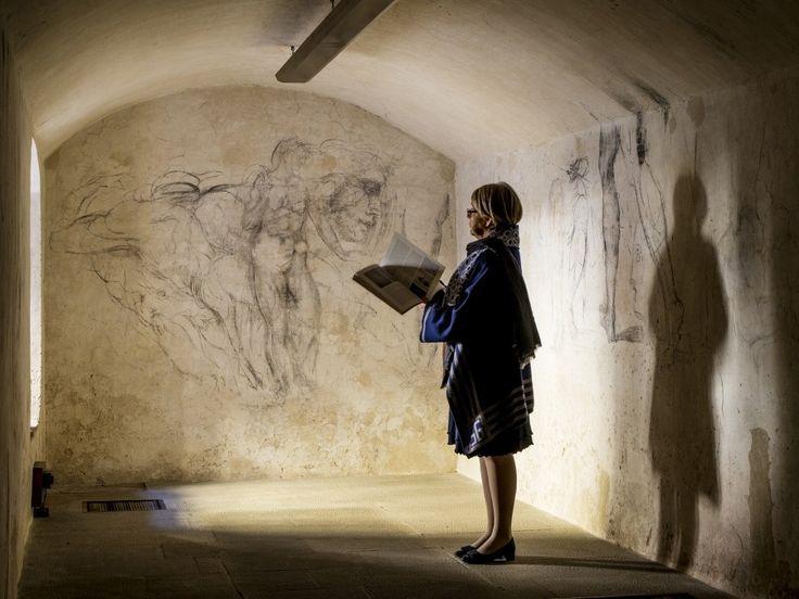 メディチ家礼拝堂の美術館長を務めるモニカ・ビエッティ氏。ミケランジェロの作品集を...