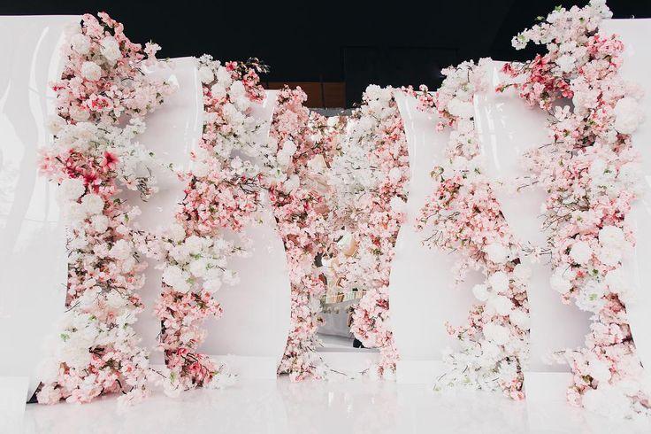Нежные цветы пионов и сакуры послужили декором гостевой фотозоны Wedding planner @wedoagency Client Агентство событийного маркетинга Wonderloft Decor by @lidseventhouse Photo by @valeria.rumynina