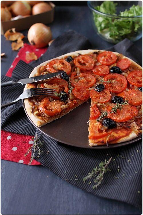 Tarte aux oignons et à la tomate Ingrédients  Une pâte à pizza 3 oignons 1 cs de vinaigre balsamique 3 tomates 5 cs de coulis de tomate Une vingtaine d'olives noires dénoyautées Du thym