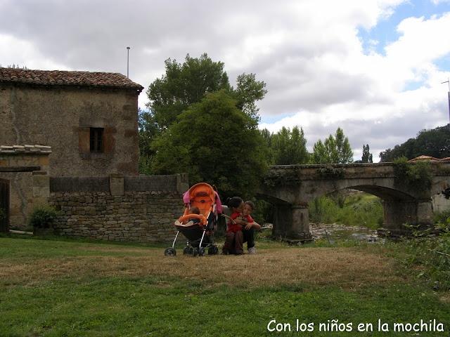 El puente cruza el río Trueba para acceder a la subida a la Torre de Los Velasco