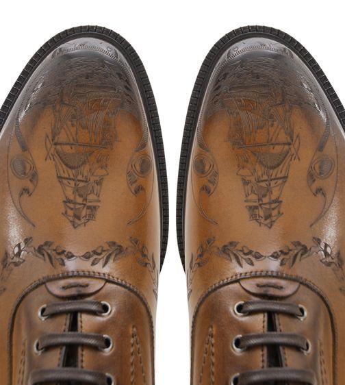 Zapatos de #piel grabados con #laser_CO2 se pueden realizar mediante equipo @trotec laser.