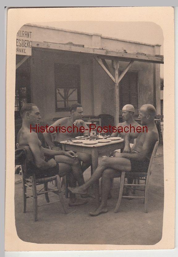 (F9938) Orig. Foto Männer mit Badekappe am Tisch, Restaurant, Bade-Café vor 1945 in Antiquitäten & Kunst, Fotografie & Fotokunst, Vor 1940 | eBay!
