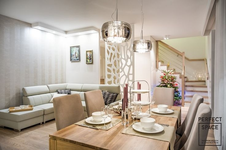 Aranżacja salonu dla wieloosobowej rodziny. Wielomodułowa kanapa plus spora przestrzeń dają miejsce do rodzinnych zabaw.