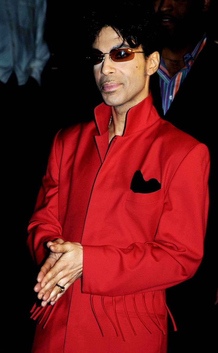 A completely red costume with fringes on the sleeves. Who would dare to wear it ? Prince, April 20, 2004 in New York. (Translation French to English)
