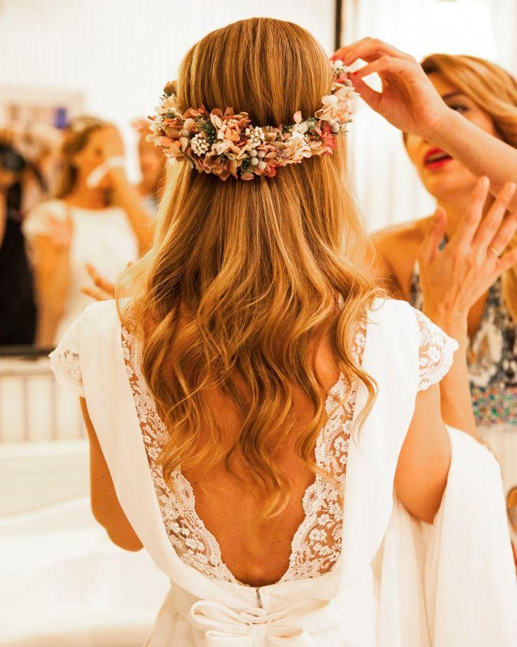 Para la corona de flores que llevó <a href='http,//www.telva.com/2015/04/15/novias/1429086461.html' target='_blank'>María</a> durante la cena y el baile, elegió a <strong>Sally Hambleton</strong>, por su cuidado y delicadeza.