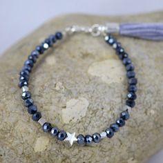 Bracelet perles facetées, étoile et pompon bleu