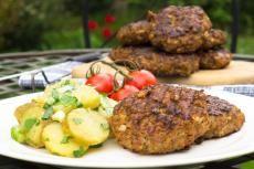Recept: Masovo-sójové karbanátky s jarním bramborovým salátem | Vím, co jím