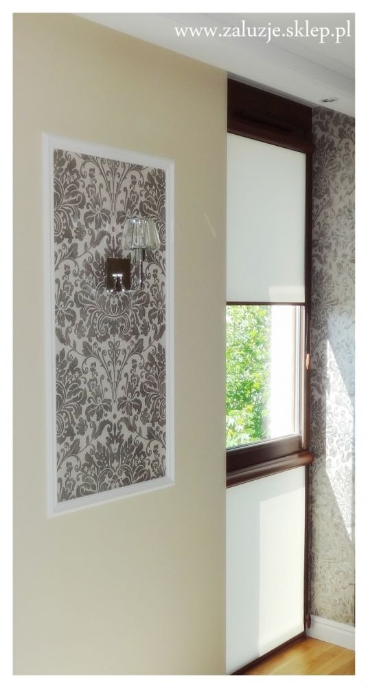 Jakie rolety okienne najlepiej sprawdzają się zimą, przy niskich temperaturach? Otóż najlepszym wyborem będą rolety okienne z tkaniny termicznej, dzięki której temperatura – w tym przypadku ciepło z mieszkania – nie ucieka na zewnątrz. Takie rolety mogą mieć różne kolory i wzory i są równie dekoracyjne jak inne osłony okienne, ale jednocześnie – gdy są zasłonięte – spełniają funkcję izolatora. Idealnie jest, jeśli roleta tego typu jest założona w kasecie z prowadnicami.