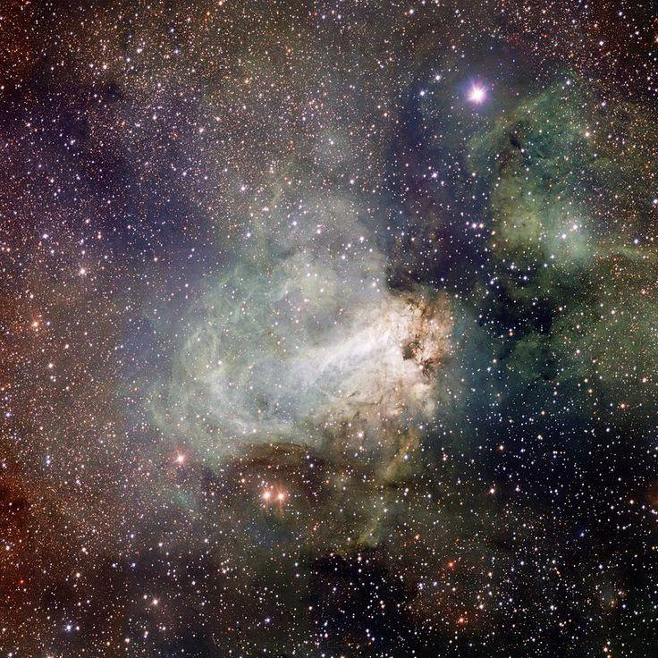 M17 - Driekleurenfoto van de hele Omeganevel. De Omeganevel (NGC 6618) is een open sterrenhoop in het sterrenbeeld Boogschutter.