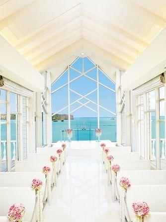 コーラルヴィータ・チャペル(ANAインターコンチネンタル万座ビーチリゾート):扉が開いた瞬間に目に飛び込んでくるコバルトブルーの海。その色は、花嫁の中で永遠に輝き続けるはず