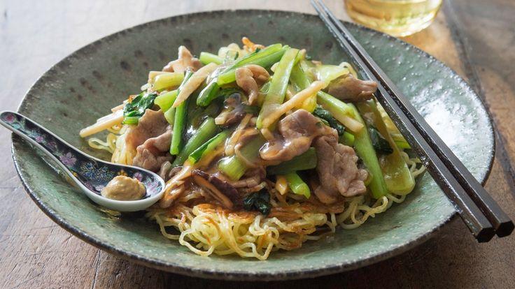 栗原 はるみ さんの豚切り落とし肉,小松菜を使った「豚肉と小松菜のあんかけ焼きそば」。食感よく、味よく仕上げるには、手際が大切!シャキシャキとした小松菜がおいしい。つくりたてを味わって! NHK「きょうの料理」で放送された料理レシピや献立が満載。
