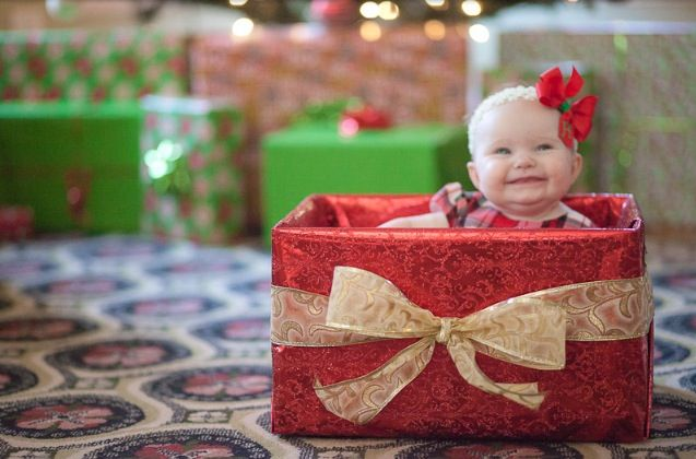 Super cute baby Christmas pictures  http://laurasimsonphotography.blogspot.com/2011/01/harpers-gift.html?m=1
