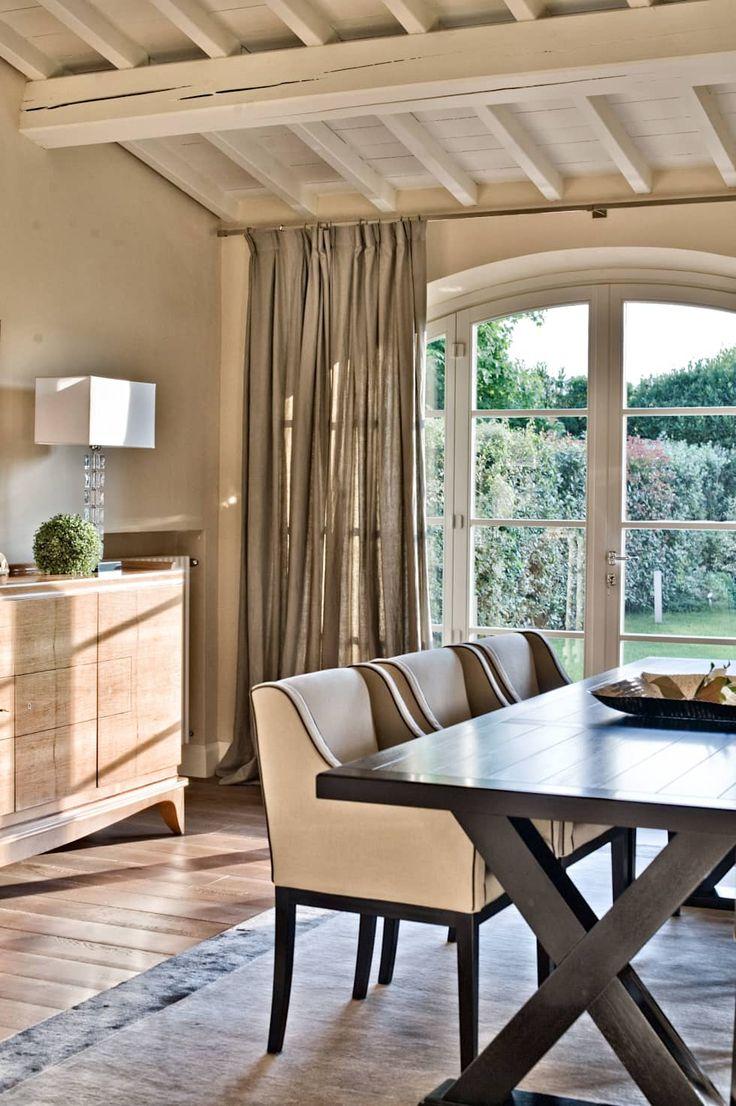 una casa di campagna: Sala da pranzo in stile in stile Classico di archbcstudio