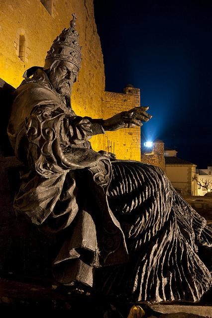 Estatua del Papa Luna - Benedicto XIII    Situada en el Castillo de Peñíscola -Castellón - España