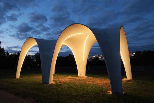 Leichtbau-Forscher der TU Chemnitz haben Schalenelemente aus Carbonbeton entwickelt, hergestellt und als leuchtende Pavillons auf dem Universitätscampus errichtet