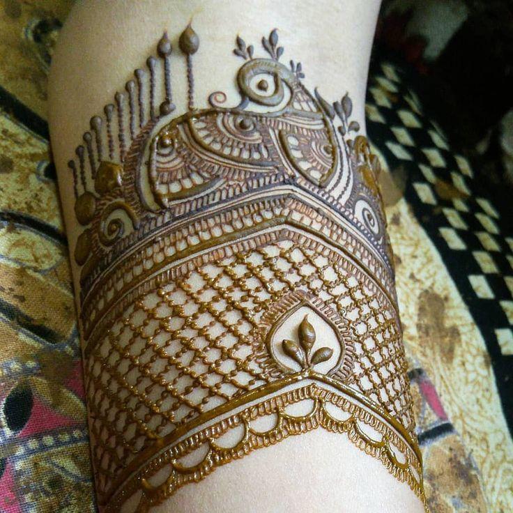 the start of a bridal ❄ // by @hennapro_riddhi . . . . . . #henna #mehndi #whitehenna #wakeupandmakeup #zentangle #boho #monakattan #flowers #hennadesign #tattoo #girlyhenna #art #inspo #hennainspo #hennaart #photooftheday #mendhi #hennaartist #hennatattoo #naturalhenna #bridalhenna #7enna #doodle #art #mandala #beauty #love #feather