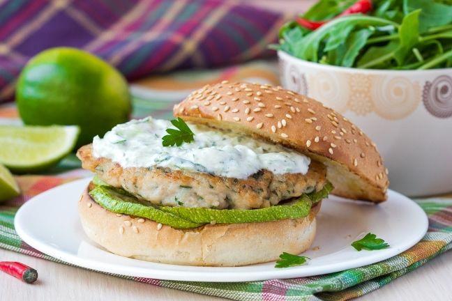 Burger z indyka lub kurczaka to dobry wybór, jeśli starasz się schudnąć