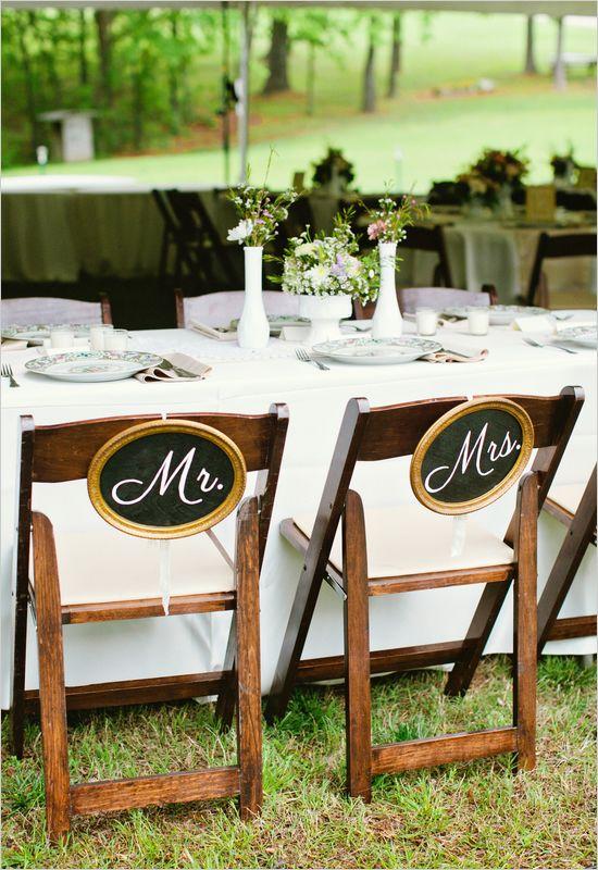 Des pancartes originales pour marquer les chaises des mariés / Mr and Mrs signs @lily-liste #mariage #déco