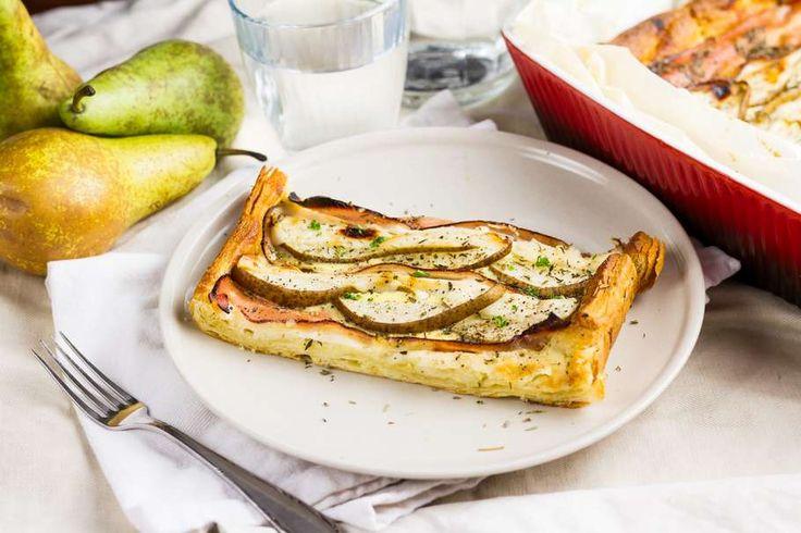 Recept voor bourgondische pizza voor 4 personen. Met zout, water, peper, bakpapier, honing, ei, crème fraîche, croissantdeeg, handpeer, bacon, geitenkaas, knoflook en tijm