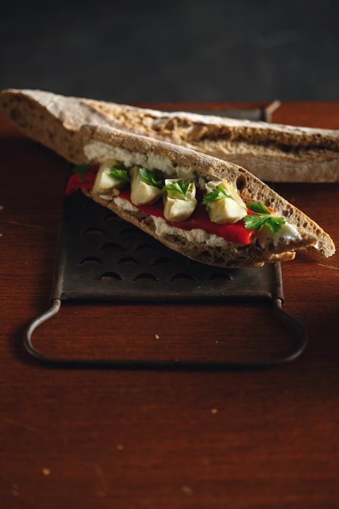 Σάντουιτς με κατίκι, αγκινάρα και πιπεριά Φλωρίνης
