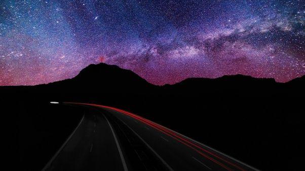 Обои звездное небо, дорога, поворот, свечение