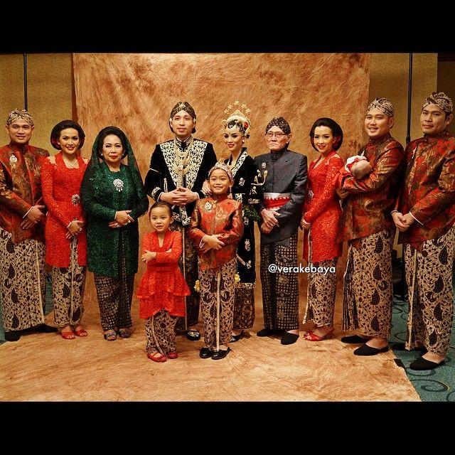Keluarga Bapak & Ibu Agus Sumin ... #wedding #perkawinan #pengantin #jawa…