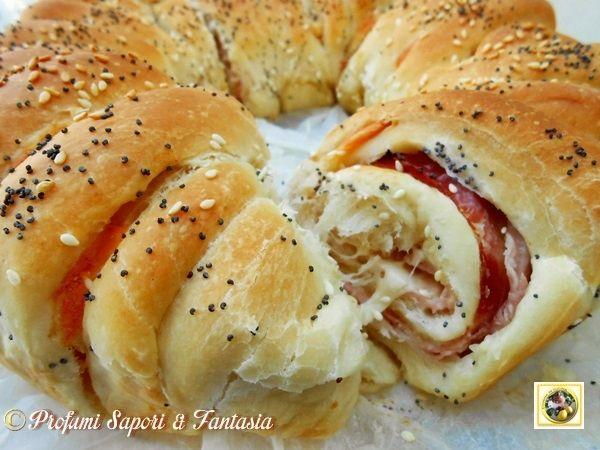 Corona di pan brioche salata farcita, ottima preparazione da gustare da sola o d'accompagno a formaggi con marmellatine tipiche. Ottima per bouffet e altro.bimby