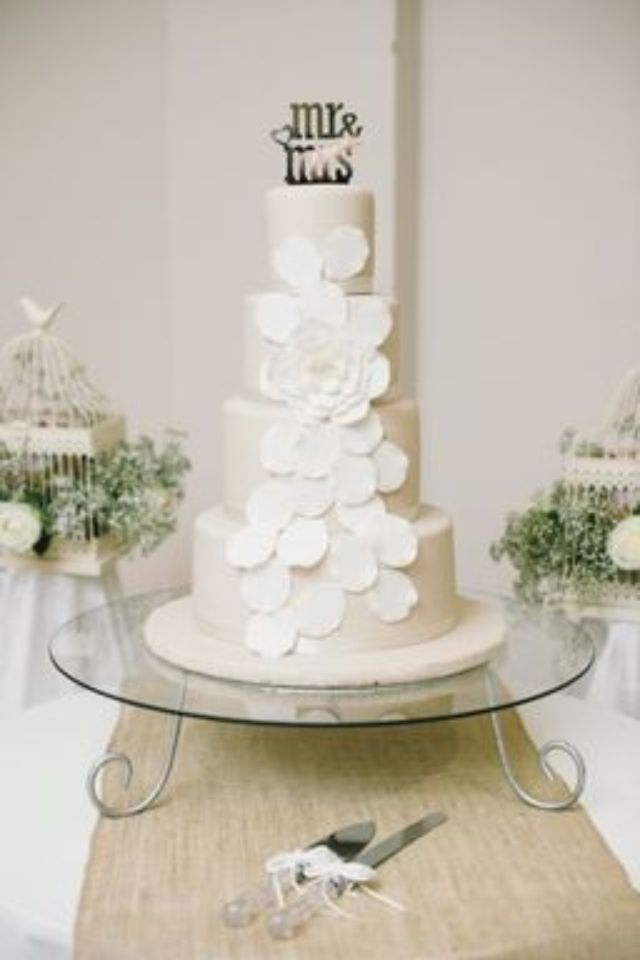 Cake to match the hessian touches