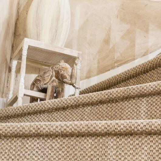 Il existe de multiples manières de rénover un escalier en mauvais état. Résistant, et moderne, le sisal permet de donner à moindre coût un style scandinave.