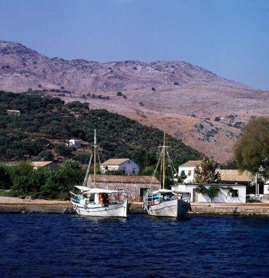 Άποψη από το λιμάνι της Κασσιώπης το 1973 μέσα από μία σπάνια έγχρωμη φωτογραφία άγνωστου φωτογράφου. Δείτε περισσότερα...