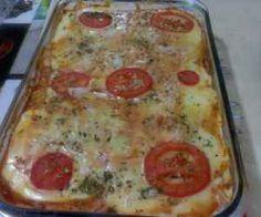 Ingredientes: 2 pacotes de pão de forma , 4 colheres de maionese , 1 lata de molho de tomate pronto , 400 g de presunto , 450 g de mussarela , Rodelas de tomate , Orégano ,