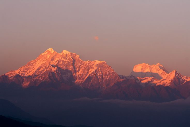 Tiger hill is the highest point in the area which provides the most exotic view of the Kanchenjunga peaks. From this place the other peaks of the Eastern Himalayas can be seen. On a clear day the sight of Mt. Everest is just enthralling.