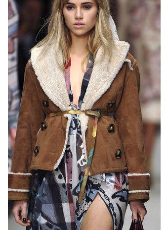 ОВЧИНА. Классические дубленки, как у Burberry, отлично смотрятся с шелковыми платьями в стиле 1970-х.