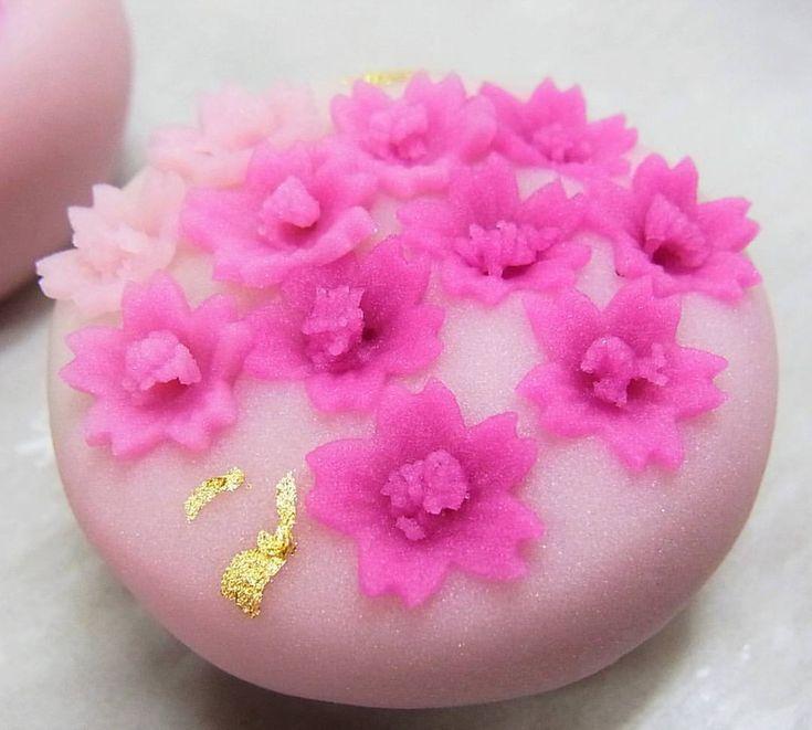 いいね!55件、コメント2件 ― Baigetsu Tamachiさん(@tamachi_baigetsu)のInstagramアカウント: 「初夏の上生菓子「芝桜」 練り切り製、中はこしあんです。 桜に似た花の形と、芝のように地面を這うように咲くことから「芝桜」という名前が付いたそうです。 #和菓子 #ねりきり #あんこ #wagashi…」