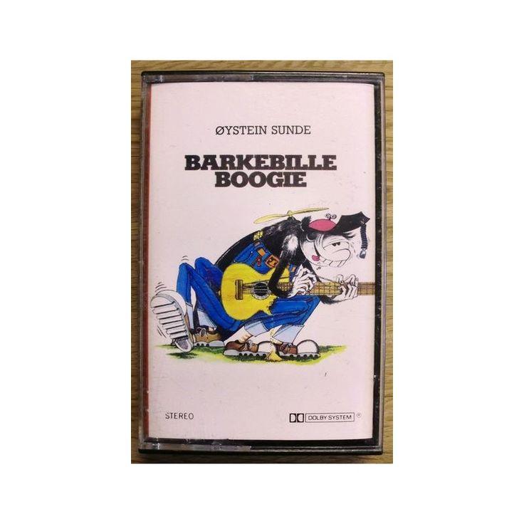 Kassetten er testet og i fin stand. Her får du sanger som Barkebille Boogie, Tyskleksa, Saus over bordet og La meg hugge min ved i fred.