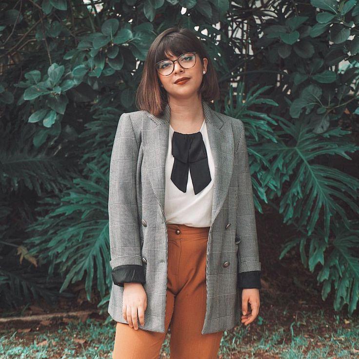 Look vintage com blazer zara xadrez príncipe de gales, calça alfaiataria caramelo, camisa preppy preta e branca.