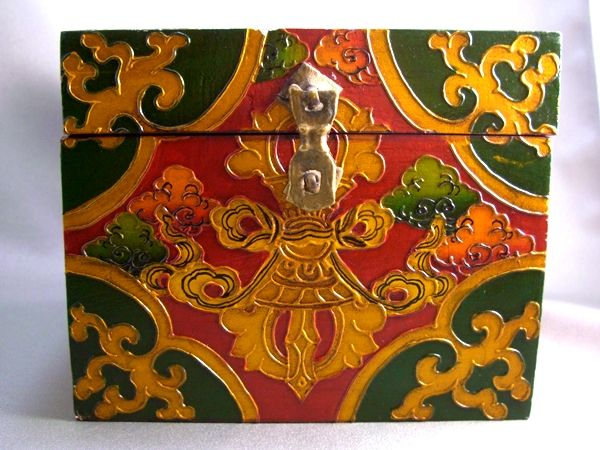 天珠/曼荼羅/仏画(タンカ)の通販・販売 チベット専門店 【蒙根】  チベット宝箱・木箱・ジュエリーボックス (ドルジェ&パドマ蓮華)彫刻 正方形    チベット仏教のシンボルである「パドマ蓮華」と「ドルジェ」を彫った手作りの宝箱・木箱・ジュエリーボックスです。  ~ドルジェ(金剛杵・ヴァジュラ)とは~ チベット仏教の儀式に用いられる法具の一つです。 男性原理を表し、煩悩を抑え、方便を表し 右手に持って場を浄化するよう使用します。  ~蓮華パドマ(padma)~ 泥に染まらず花開く蓮の花は煩悩の泥土の中から悟りの花を開かせる菩薩の徳の象徴  外寸 横15cm×高さ11.5cm×奥行15cm