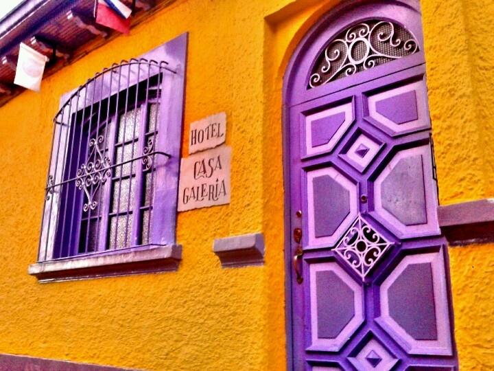 Fachada Hotel Casa Galería en la Candelaria. Bogotá - Colombia
