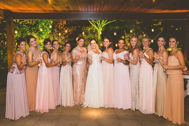 A noiva Adriana com as madrinhas vestidas em tons de nude e rosa