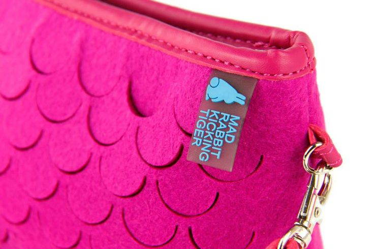 DARCIE CLUTCH   Hecha de Felt SMART y PU materiales reciclables y de mucha durabilidad y resistencia. Este diseño se inspira en los peces como parte de nuestra naturaleza.  ¡Es Animal Friendly y Eco Friendly!