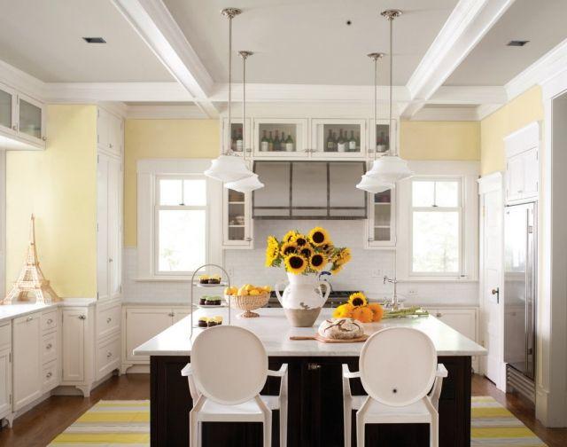 wandfarbe-weisse-kueche-landhausstil-pastellgelb-kochinsel-sonnenblumen